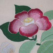 """Détail de l'ouvrage de broderie japonaise """"Camellias"""""""