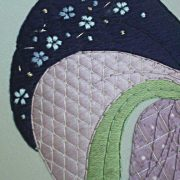 Un détail du tableau brodé Beauté au ruban