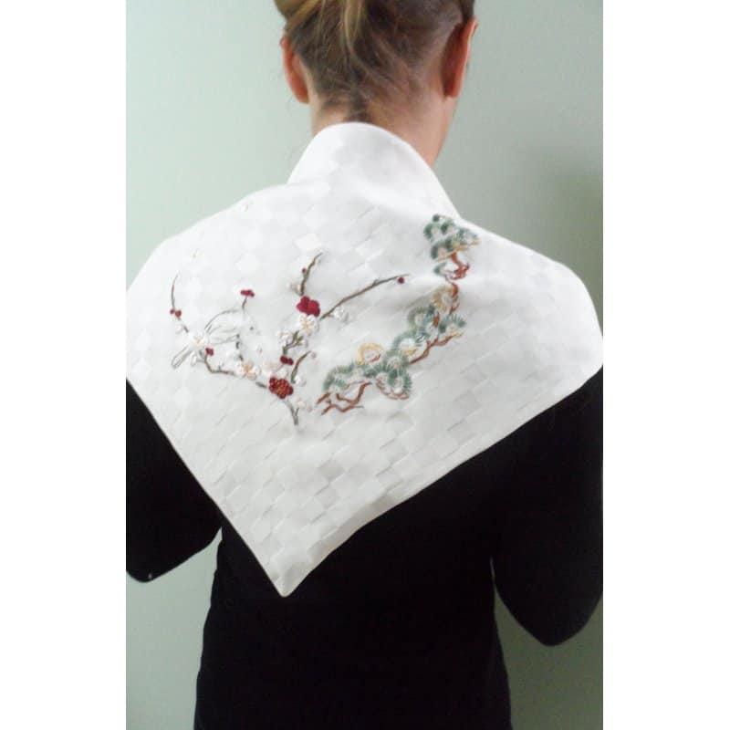 Foulard en soie Printemps Japonais; orné d'un motif de branches fleuries au printemps